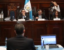 El ministro de Economía Acisclo Valladares Urruela expone sus descargos ante la Comisión Pesquisidora que analiza el antejuicio en su contra. (Foto Prensa Libre: Carlos Hernández Ovalle)