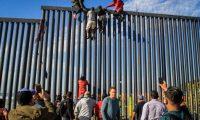 AME9160. TIJUANA (MÉXICO), 19/03/2019.- Decenas de migrantes intentan este martes ingresar ilegalmente a Estados Unidos desde la zona de Playas Tijuana, en el estado mexicano de Baja California (México). Alrededor de las 16.00 horas locales (23.00 GMT), los migrantes, casi un centenar según los testigos, llegaron a la orilla del mar en la localidad mexicana para intentar saltar la valla metálica que en esta zona delimita la frontera entre los dos países. EFE/Joebeth Terriquez