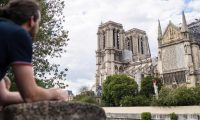 Paris (France), 15/06/2019.- People gather in front of Notre-Dame Cathedral in Paris, France, 15 June 2019, during the celebration of the first mass inside a side chapel of the cathedral since a fire started in the late afternoon 15 April 2019 and partialy devastated one of the most visited monuments of the French capital. For safety reasons, the mass was celebrated on a very small scale, but was streamed live on internet. (Incendio, Francia) EFE/EPA/CHRISTOPHE PETIT TESSON