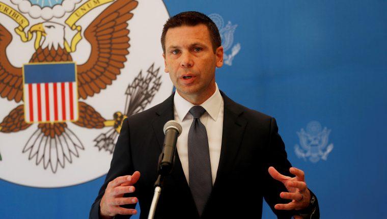 El secretario de Seguridad Interna de  Estados Unidos, Kevin McAllenan, comparece en conferencia de prensa en la casa del Embajador estadounidense  en Ciudad de Guatemala. (Foto Prensa Libre: EFE)