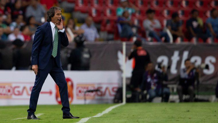 Jorge Almada, entrenador de Santos, durante el juego de la jornada 3 del torneo mexicano de futbol, en el estadio Jalisco de Guadalajara. (Foto Prensa Libre: EFE)
