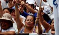 AME3986. CIUDAD DE GUATEMALA (GUATEMALA), 04/08/2019.- Simpatizantes de Alejandro Giammattei, candidato presidencial guatemalteco, asisten este domingo a su acto de cierre de campaña, en Ciudad de Guatemala (Guatemala). El mitin se realiza una semana antes de las elecciones de segunda vuelta, el domingo 11 de agosto, en las que se elegirá entre Giammattei, del partido Vamos, y la ex primera dama Sandra Torres, del partido Unidad Nacional de la Esperanza (UNE). EFE/Esteban Biba