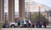 FOTODELDÍA-MEX050. CIUDAD JUÁREZ (MÉXICO), 06/08/2019.- Migrantes centroamericanos son detenidos por la patrulla fronteriza estadounidense después de cruzar la barda fronteriza que divide a México de este país, en cercanías del puente Internacional Santa Fe, en Ciudad Juárez, estado de Chihuahua (México). En su mayoría son familias provenientes de países centroamericanos como Guatemala, El Salvador y Honduras, quienes cruzan hacia Estados Unidos y solicitan asilo político. EFE/Rey Jauregui