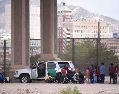 Migrantes centroamericanos son detenidos por la patrulla fronteriza estadounidense después de cruzar la barda fronteriza que divide a México de este país. (Foto Prensa Libre: EFE)