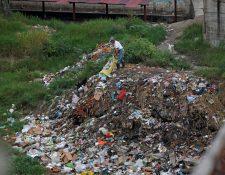 Un hombre arroja basura al río en Chinautla. (Foto Prensa Libre: Hemeroteca)