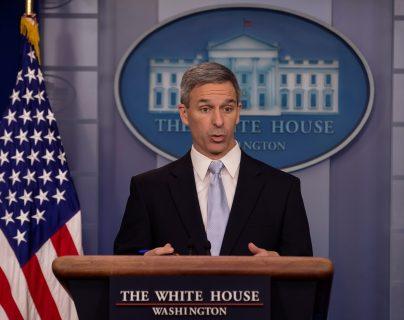 Ken Cuccinelli, subsecretario interino de Seguridad Nacional, habla en una conferencia de prensa en la Casa Blanca. (Foto Prensa Libre: EFE)