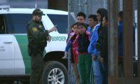 MEX10.CIUDAD JUÁREZ(MÉXICO), 15/08/2019.- Un agente de la patrulla fronteriza estadounidense habla a un grupo de jóvenes migrantes centroamericanos tras ser detenidos en los margenes del Rio Bravo, en la fronteriza Ciudad Juárez (México), hoy jueves 15 de agosto de 2019. Un tribunal de apelaciones de Estados Unidos desestimó este jueves el recurso presentado por el Gobierno que preside Donald Trump contra una orden de una corte inferior que le obliga a garantizar condiciones de limpieza y seguridad para los menores migrantes que se encuentren detenidos.EFE/Rey R. Jauregui