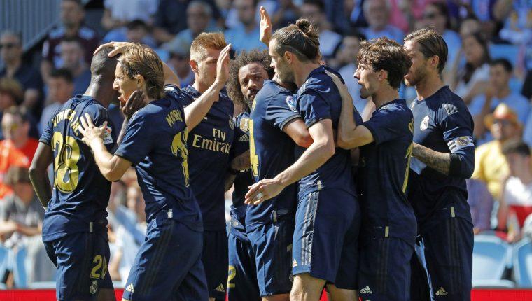Los jugadores del Real Madrid disfrutan del triunfo en Vigo. (Foto Prensa Libre: EFE)