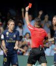 El árbitro central Javier Estrada muestra la tarjeta roja al jugador croata del Real Madrid Luka Modric por una falta al jugador del Celta de Vigo Denis Suárez. (Foto Prensa Libre: EFE)