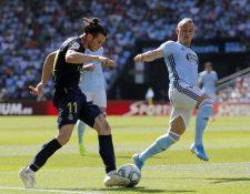 El delantero galés del Real Madrid Gareth Bale (i) disputa un balón con el centrocampista eslovaco del Celta de Vigo Stanislav Lobotka (Foto Prensa Libre: EFE)