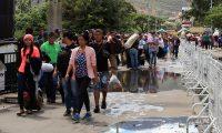 -ACOMPAÑA CRÓNICA- AME8136. CÚCUTA (COLOMBIA), 19/08/2019.- Ciudadanos venezolanos cruzan este domingo la frontera hacía Colombia por el puente Simón Bolívar, en Cúcuta (Colombia). La ciudad colombiana de Cúcuta, que tiene el principal paso fronterizo con Venezuela, es testigo de la desesperanza que invade a muchos migrantes del país que se buscan la vida en Colombia y que anhelan un pronto final para el régimen de Nicolás Maduro.A raíz de la crisis social, política y económica que atraviesa Venezuela, Cúcuta se ha convertido en los últimos años en un oasis en medio del desierto para miles de venezolanos que sufren debido a la escasez de productos de primera necesidad. EFE/ STR