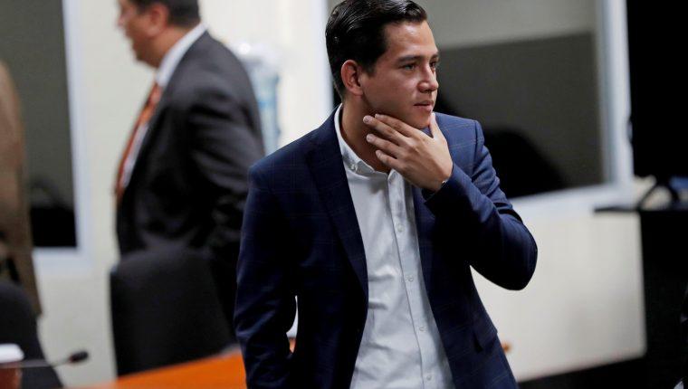 El hijo de Jimmy Morales, José Manuel Morales Marroquín, sale de la sala durante un receso en la sentencia de su proceso. (Foto Prensa Libre: EFE)