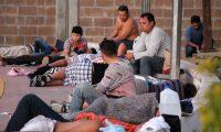 MEX786. MATAMOROS (MÉXICO), 21/08/2019.- Migrantes centroamericanos intentan descansar este miércoles a las afueras de la estación migratoria en el municipio de Matamoros, en el estado de Tamaulipas (México). Unos 60 migrantes han sido retornados de Estados Unidos a Matamoros, Tamaulipas (México), y aunque ya cuentan con fecha para presentarse ante las autoridades estadounidenses e iniciar su proceso de asilo humanitario, han pedido a las autoridades mexicanas un transporte que les permita regresar a sus países debido a que la fecha de su cita es hasta el mes de octubre, dijo el hondureño Carlos Humberto Arteaga Meléndez. EFE/Abraham Pineda Jácome