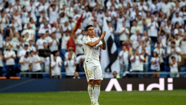 El jugador colombiano del Real Madrid James Rodríguez, agradece al público tras salir sustituido en el partido ante el Real Valladolid. (Foto Prensa Libre: EFE)