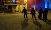 MEX1426. COATZACOALCOS (MÉXICO), 28/08/2019.- Agentes de la policía custodian en las primeras horas de este miércoles frente al bar El Caballo Blanco, atacado ayer por un grupo armado, en Coatzacoalcos, en el estado de Veracruz (México). El presidente de México, Andrés Manuel López Obrador, informó este miércoles que aumentó a 25 la cifra de muertos en el ataque al bar nocturno de Coatzacoalcos, y anunció que la Fiscalía General atraerá el caso. El lugar fue atacado el martes a las 22.00 hora local (03.00 GMT) cuando se encontraba repleto de gente, primero con ráfagas de metralleta por individuos que dispararon de forma indiscriminada para después lanzar bombas molotov. EFE/ Ángel Hernández