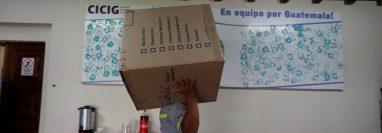 Trabajadores sacan las últimas cajas de la que fue la sede de la Comisión Internacional Contra la Impunidad en Guatemala. (Foto Prensa Libre: EFE)