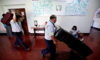 """FOTODELDÍA -GU3002. CIUDAD DE GUATEMALA (GUATEMALA), 28/08/2019.- Trabajadores sacan las últimas cajas de la que fue la sede de la Comisión Internacional Contra la Impunidad en Guatemala (Cicig) durante los últimos 12 años, este miércoles en la Ciudad de Guatemala (Guatemala). La Cicig advirtió que el país centroamericano sigue siendo """"un Estado capturado"""" donde los grupos de poder buscan perpetuar el """"statu quo"""" y la """"impunidad"""". Mientras personal de mantenimiento y de la Comisión sacaba decenas de cajas, cartones y papeles, el ente auspiciado por la ONU presenta su última actividad, el informe: """"Guatemala: un Estado capturado"""". EFE/Esteban Biba"""