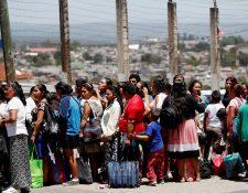 GU5002. CIUDAD DE GUATEMALA (GUATEMALA), 30/08/2019.- Varias personas llegan a visitar a los reclusos y entregar sus encomiendas. EFE/Esteban Biba