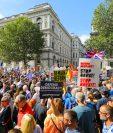 Manifestantes contra el Brexit en las afueras de Downing Street en Whitehall durante una protesta contra el Brexit y la prórroga del parlamento en Londres. (Foto Prensa Libre: EFE)