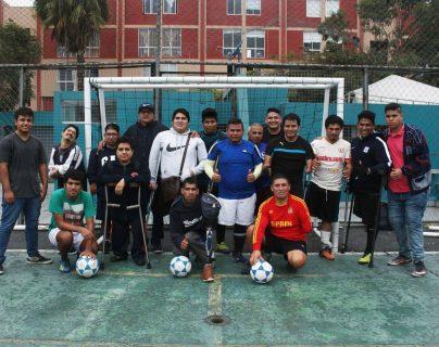 Equipo de futbol de amputados de Perú luego de un juego en Lima. Los futbolistas piden un espacio. (Foto Prensa Libre: EFE)