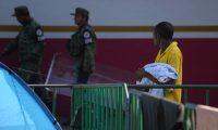 """TAPACHULA(MÉXICO),31/08/2019.-Un migrante, proveniente del continente africano, cuida a su pequeño este sábado en la ciudad de Tapachula (México). En un comunicado, el Instituto Nacional de Migración (INM) indicó que el próximo lunes 2 de septiembre """"brindará atención especializada para revisar la situación migratoria de las personas"""". La situación migratoria de estas personas será revisada """"caso por caso"""", a fin de ratificar el compromiso del Gobierno de """"salvaguardar la seguridad y la integridad física de las personas migrantes"""" que cruzan México. EFE/Carlos López"""
