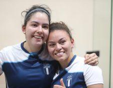 Ana Gabriela y María Renée celebraron después de avanzar a semifinales. (Foto Prensa Libre: Carlos Vicente)