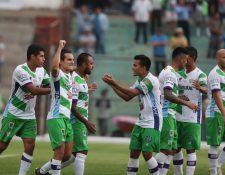 Los jugadores de Antigua GFC celebran el triunfo frente a Mixco. (Foto Prensa Libre: Carlos Vicente)
