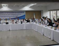 Los comisionados de la postuladora de CSJ durante la sesión en la que aprobaron el perfil del candidato. (Foto Prensa Libre: Érick Ávila)