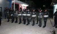 Agentes antidisturbios reforzaron la seguridad en San Antonio Ilotenango, Quiché. (Foto Prensa Libre: Héctor Cordero).