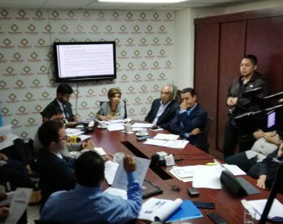 Representantes de la Contraloría General de Cuentas y el Consejo Directivo de Instituto Nacional de Electrificación participan en una citación en el Congreso. (Foto Prensa Libre: Carlos Álvarez)