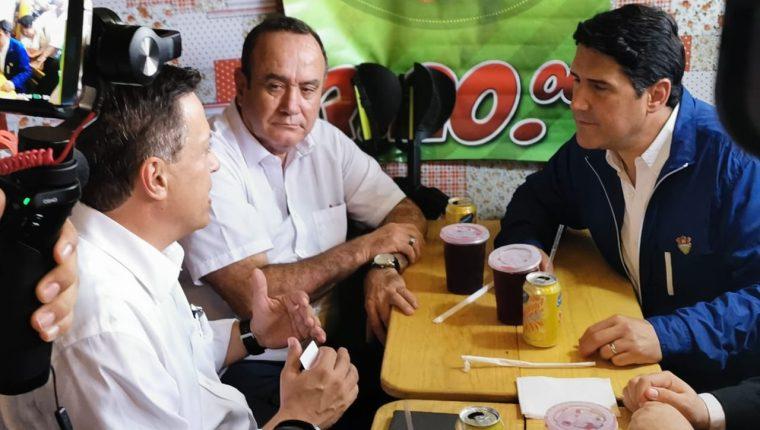 El presidente electo Alejandro Giammattei degusta de platillos típicos en la feria de Jocotenango junto al alcalde de la ciudad Ricardo Quiñónez.