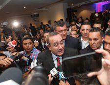 Alejandro Giammattei habla con los medios luego de haberse declarado ganador de la segunda vuelta. (Foto Prensa Libre: Erick Avila)