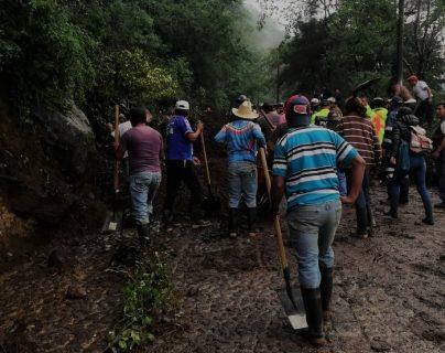 Vecinos retiran rocas que cayeron luego de un derrumbe en la ruta que conecta a San Cristóbal El Alto, en Antigua Guatemala. (Foto Prensa Libre: Cortesía)
