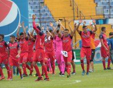 Los jugadores de Municipal agradecen el apoyo de la afición en el Clásico 307. (Foto Prensa Libre: Norvin Mendoza)