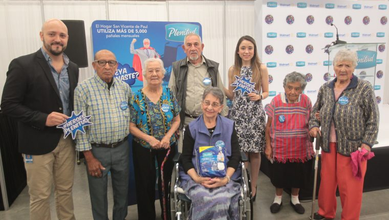 Personeros de Walmart y Kimberly Clark acompañados de adultos mayores del Hogar San Vicente Paul. Foto Norvin Mendoza