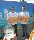 José Castejon, gerente de Experience ,y Hugo Ramírez gerente de marca Corona para Guatemala en la presentación de la campaña de limpieza de playas. Foto Norvin Mendoza