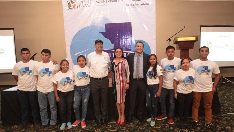 Directivos de Grupo Hame, Fundación Azteca y World Vision acompañado de jóvenes que serán becados. Foto Norvin Mendoza