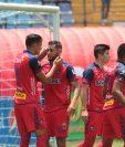 Los jugadores de Municipal José Carlos Martínez y Edi Danilo Guerra celebran el gol del triunfo en el Clásico 307. (Foto Prensa Libre: Norvin Mendoza)