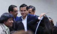 Samuel y José Manuel Morales se observan felices tras conocer la resolución del Tribunal que los absolvió. (Foto Prensa Libre Juan Diego González)