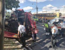 Socorristas observan el bus accidentado en la Avenida Hincapié. (Foto Prensa Libre: Bomberos Voluntarios).