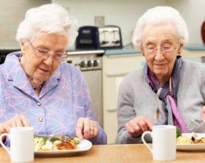 Los adultos mayores deben alimentarse según sus requerimientos, padecimientos, medicamentos que consumen y actividad física. (Foto Prensa Libre: Hemeroteca PL).