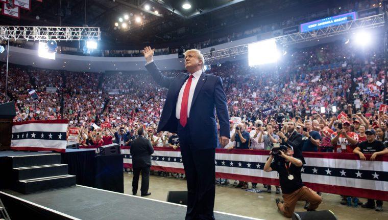 Donald Trump saluda a miles de simpatizantes en Cincinnati, Ohio. (Foto Prensa Libre: AFP)
