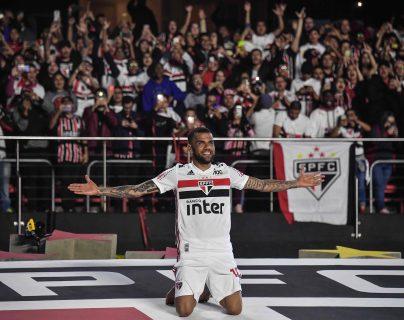 Dani Alves fue ovacionado en su presentación con el Sao Paulo. (Foto Prensa Libre: AFP)