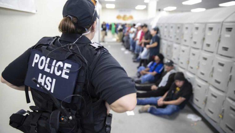 Agentes de ICE durante la redada en Misisipi el pasado 7 de agosto. (Foto Prensa Libre: Hemeroteca PL)