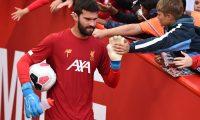 El portero brasileño Alisson Becker fue condecorado como el mejor portero de la Uefa. (Foto Prensa Libre: AFP)