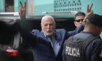 Panama's former president Ricardo Martinelli (L), detained a year ago on illegal wiretapping charges, flashes the V sign as he arrives at the judicial office in Panama City, on August 9, 2019. - Panama's public prosecutor asked a court Thursday to make an example of ex-president Ricardo Martinelli, who is accused of spying on political foes, and of graft. (Photo by Mauricio VALENZUELA / AFP)