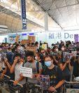 Los manifestantes de Hong Kong bloquearon las puertas de salida en rechazo a la brutalidad policial y a un controvertido proyecto de ley (Foto Prensa Libre AFP)