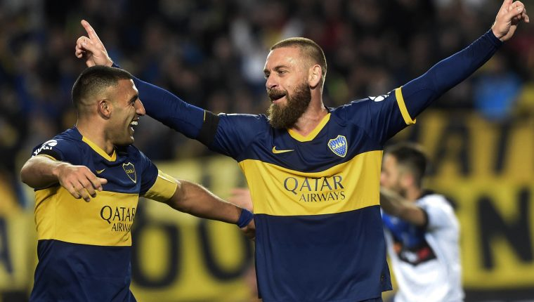 El italiano Daniele De Rossi (derecha) es una de las grandes figuras del futbol argentino. (Foto Prensa Libre: AFP)