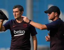 El técnico del Barcelona, Ernesto Valverde, espera llegar a mayo del 2020 con la opción de ganar los tres campeonatos. (Foto Prensa Libre: AFP)