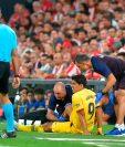 Médicos atienden a Luis Suárez, del Barcelona. (Foto Prensa Libre: AFP)
